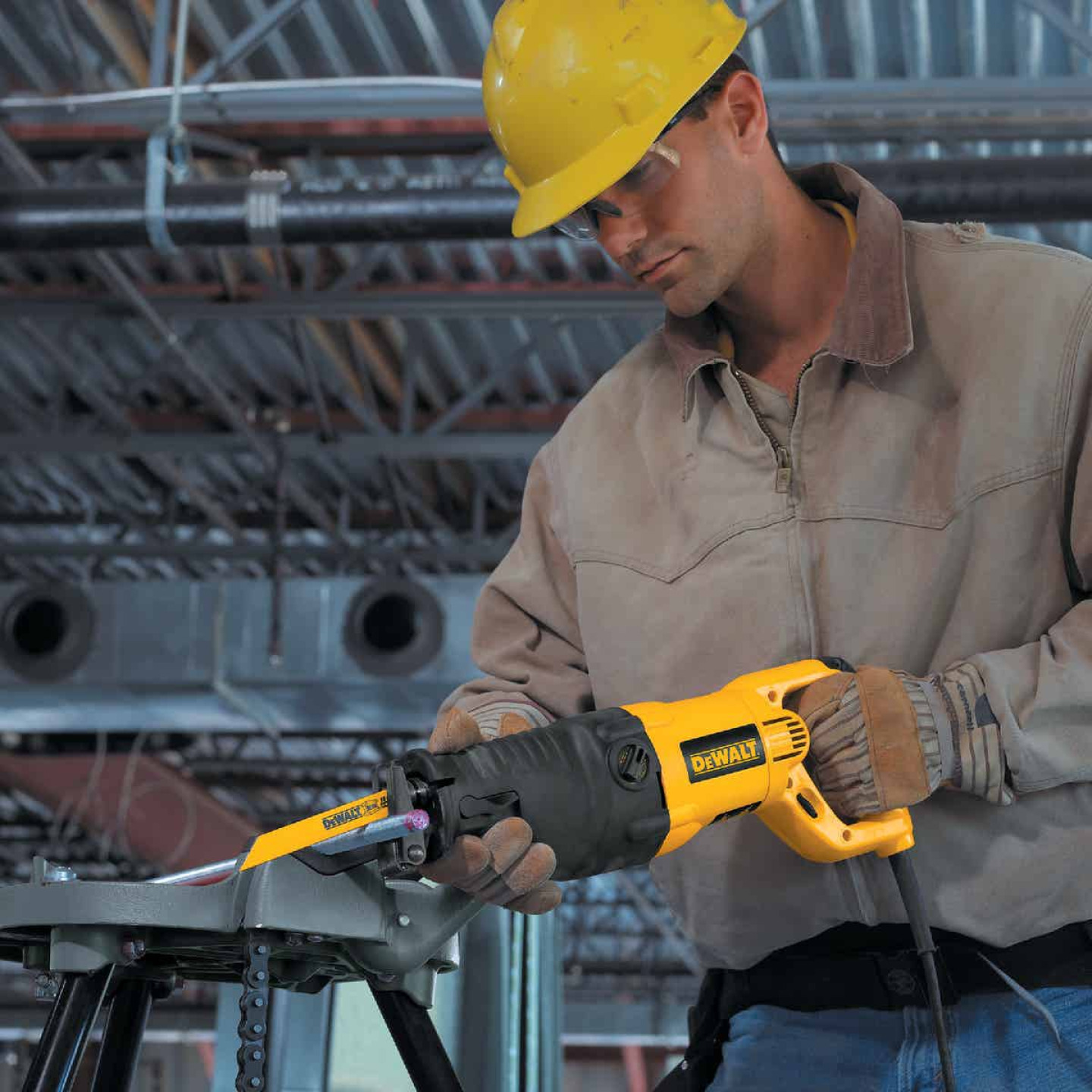 DeWalt 13-Amp Reciprocating Saw Kit Image 5